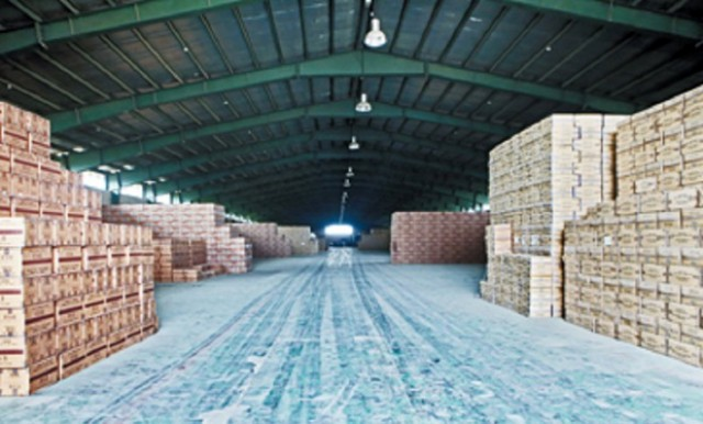انبار دپو چسب ساختمانی قاچاق در اهواز کشف شد