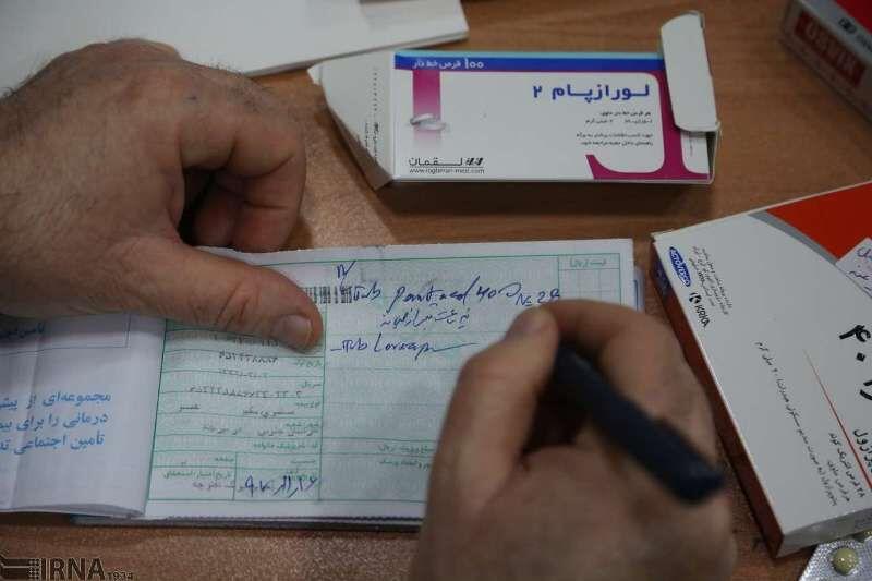 حذف دفترچه بیمه و ازدحام در داروخانهها / پزشکان زیر بار نرفتند، زورشان به داروخانهها رسید