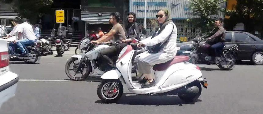 برای صدور گواهینامه موتورسواری بانوان منع قانونی داریم