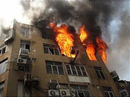 ۱۱ واحد مسکونی و تجاری در آبادان به آتش کشیده شد